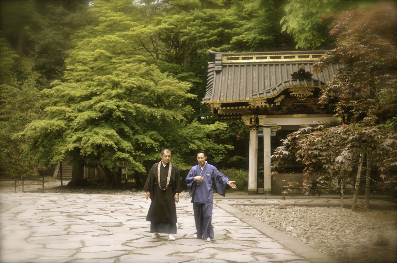 Buddhists Budismo Day Japan Lifestyles Monjes Paseos Person Relajación Relaxing Standing Talking Tempel Temples Tranquil Scene Tree Walking Zen 寺 寺廟 말하다