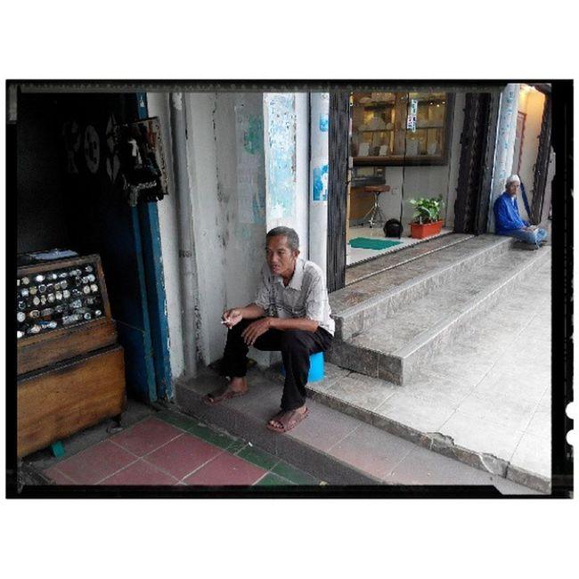 """Macam tak kawan lagi"", penjual dan sekaligus reparasi jam tangan di salah-satu sudut kota Tanjungpinang Prov. Kepulauanriau Copyright©FirmanAfriyansyah Email : megatryansyah@gmail.com Lenovo_s920camera Photobyphone_myproject Wonderfullkepri Humanityphotography People Portraiturephotography Streetphotography Streetphotographer Streetphotography_streetseller Wonderfulindonesia IndonesiaOnly Indonesia_photography Ig_nesia Photooftheday Thephotosociety Tanjungpinangphoto Traditional Cityscape Helloparadiset7 Bestpartofindonesia Viewerscorner"