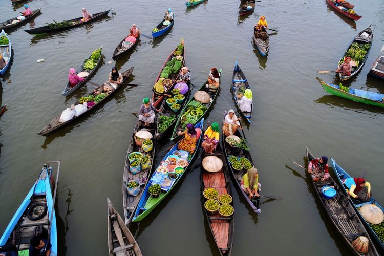 A Bird's Eye View LokBaintan Floating Market Traditional Traditional Culture Banjarmasin INDONESIA Eyeemphoto Market Floating Market Floating On Water Investing In Quality Of Life Lost In The Landscape Perspectives On Nature