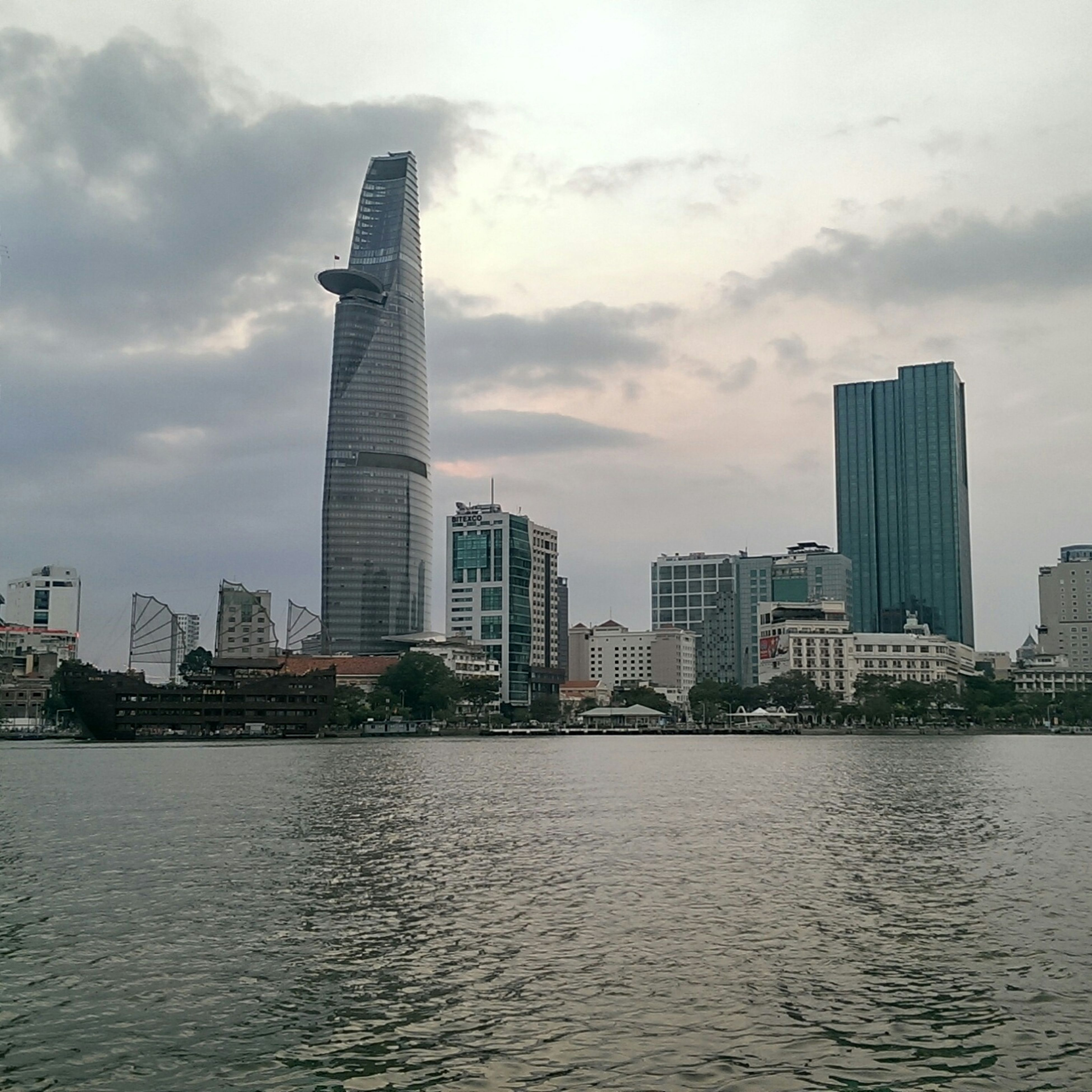 building exterior, architecture, city, built structure, water, skyscraper, waterfront, sky, urban skyline, tall - high, cityscape, office building, modern, tower, river, cloud - sky, sea, financial district, skyline, city life