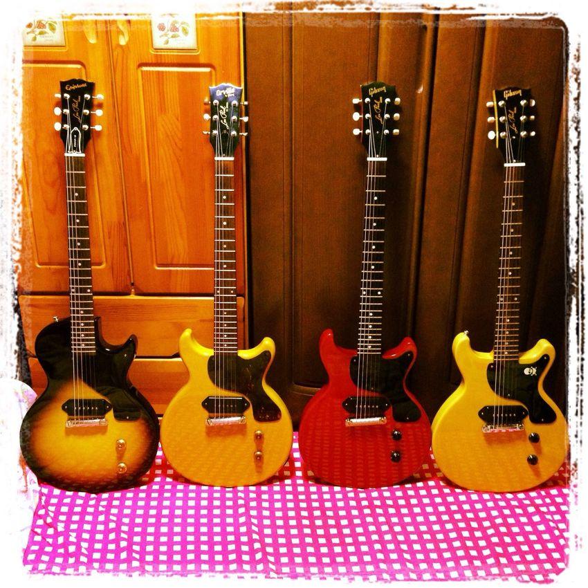 支払いを忘れてて、ついギターを買ってしまったバカは僕で、そのギターは一番左のやつです。