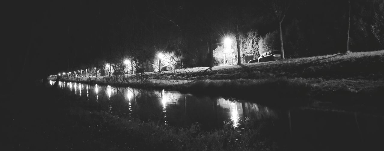 Nightphotography Reflection Water Reflections Eye4photography  Light And Shadow S&W B&w Silouette Taking Photos Schwarz & Weiß Monochrome Landscape Black And White Litlle River Die Niers bei Nacht!