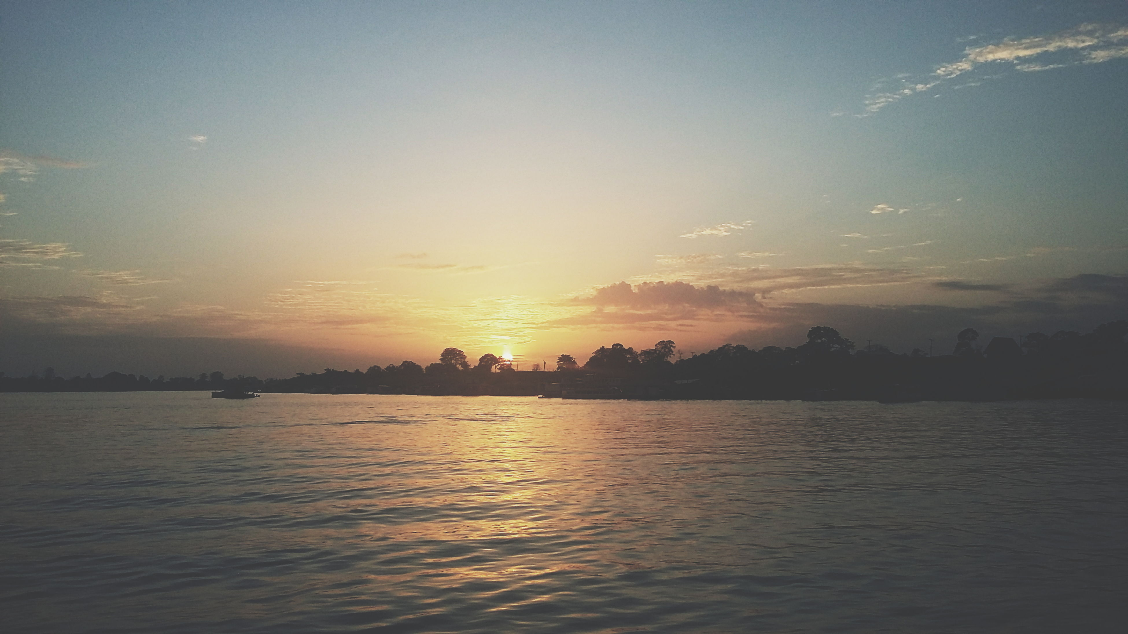 sunset, water, scenics, waterfront, tranquil scene, sky, tranquility, beauty in nature, sun, silhouette, sea, nature, reflection, idyllic, sunlight, cloud - sky, orange color, lake, rippled, river