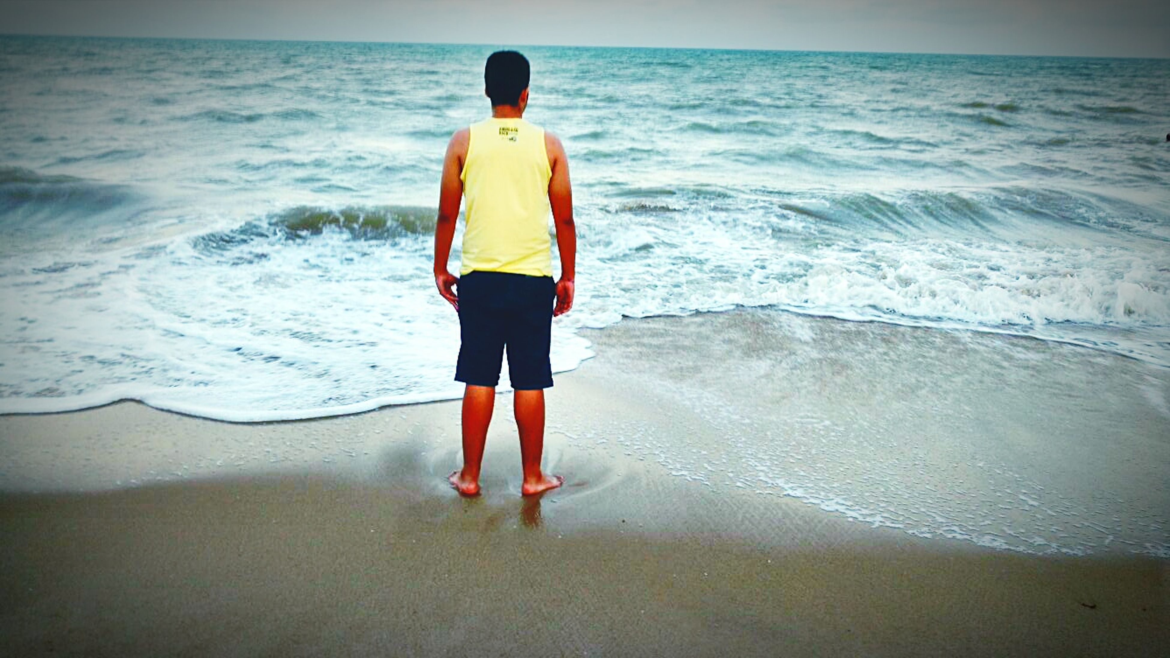 sea, beach, water, horizon over water, shore, sand, wave, lifestyles, full length, leisure activity, rear view, vacations, surf, standing, scenics, walking, tranquil scene, beauty in nature