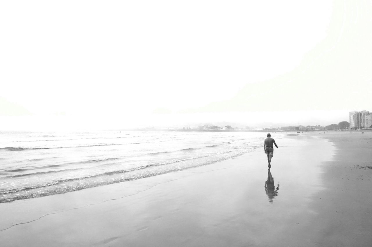 Beach Tranquil Scene Solitude Exceptional Photographs Monochrome Photography Elegance Everywhere People And Places Bonnejournee!!! Minimalism Deceptively Simple Black And White Monochrome Enjoy The New Normal Somosfelices bondimanche !!! Long Goodbye Welcome To Black