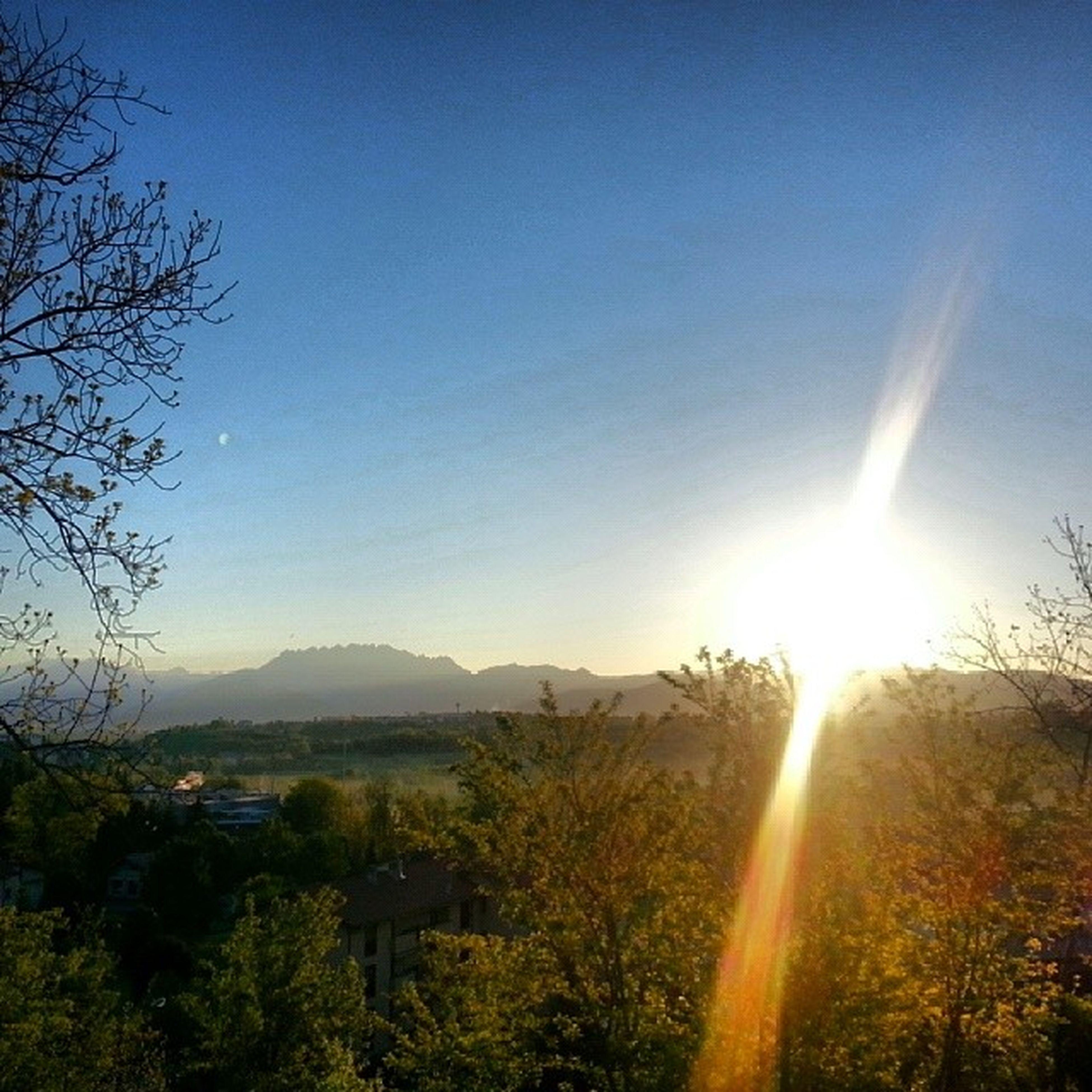 sun, sunbeam, tree, sunlight, lens flare, mountain, scenics, clear sky, beauty in nature, tranquil scene, tranquility, nature, landscape, sky, blue, copy space, idyllic, sunset, mountain range, outdoors