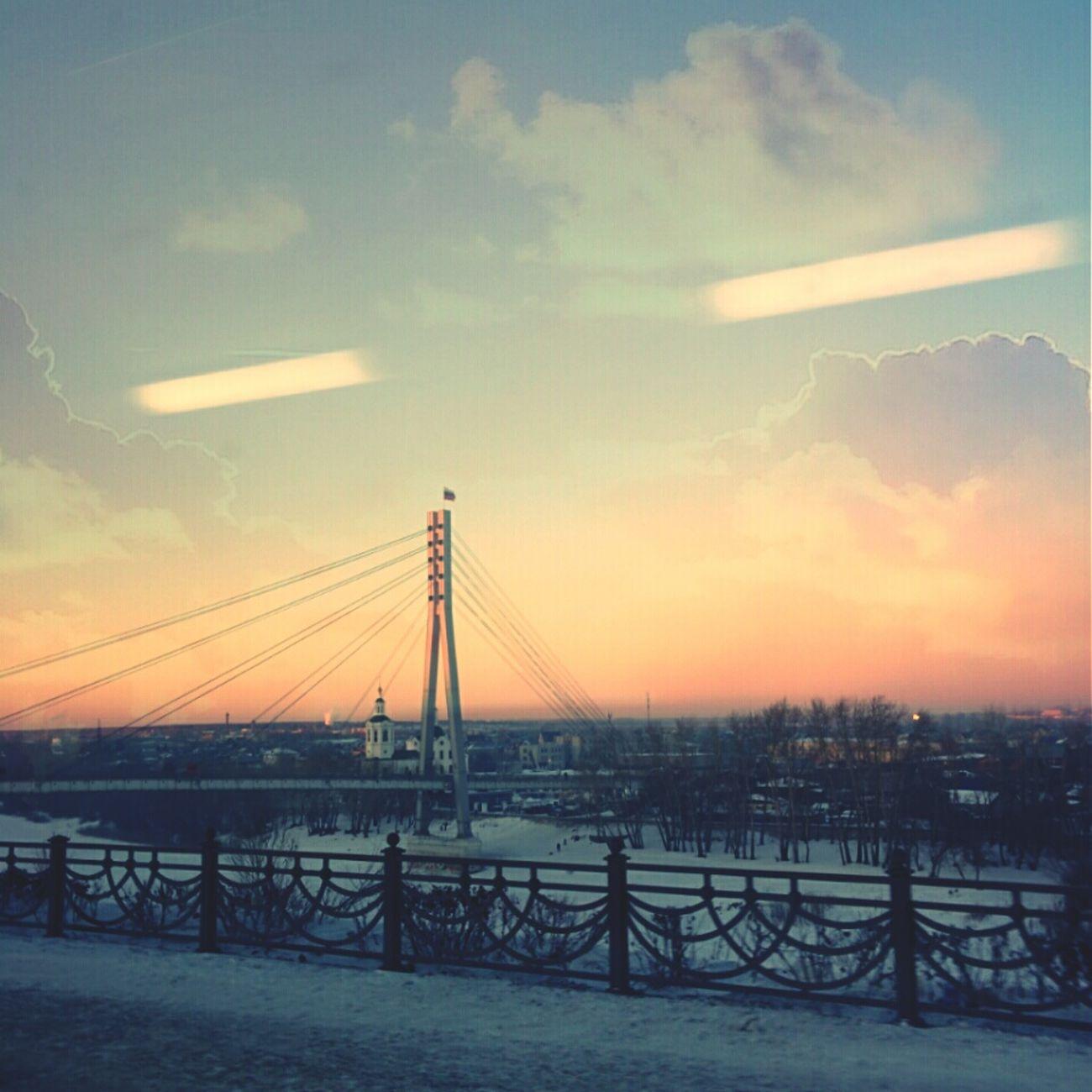 Во время долгой поездки стоит только выглянуть в окно автобуса и глпз радуется пейзаж моствлюбленных зимний закат