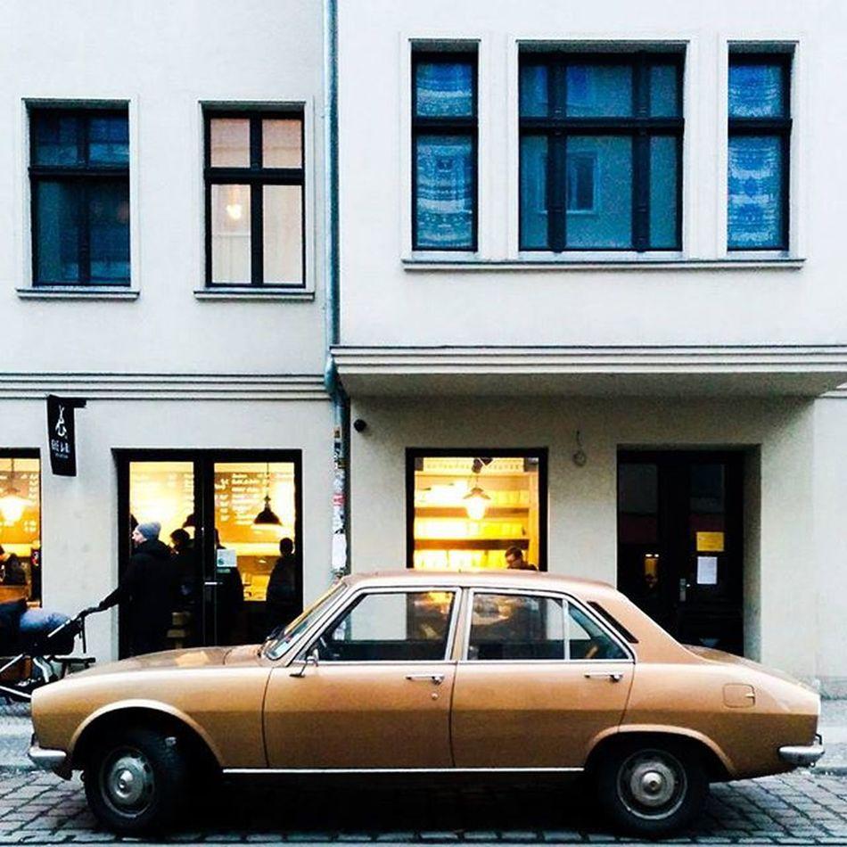 Coffee brown. Berlin Sundaycarpic Asundaycarpic Peugeot Lightandshadow Archilovers Huntgramgermany Facadelovers RetroLove Vintage Vintagecar Classiccar Chameleoncar Thebarn Thebarnberlin Espressoporn