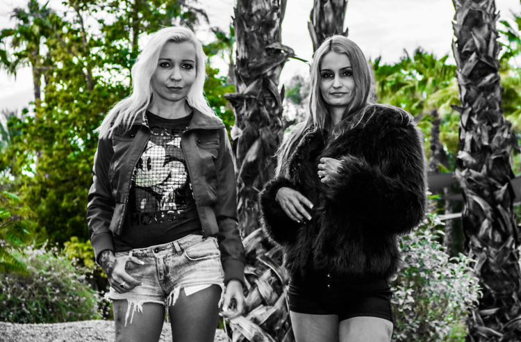 Portrait Looking At Camera Young Women Only Women Togetherness Nature Tree Day Women Females Friendship Outdoors Two People Blonde Black And White Friday Blackandwhite Photography Luxury Girls Redhead 2 Women Beautiful Woman Beauty Elégance Tiina K Megan
