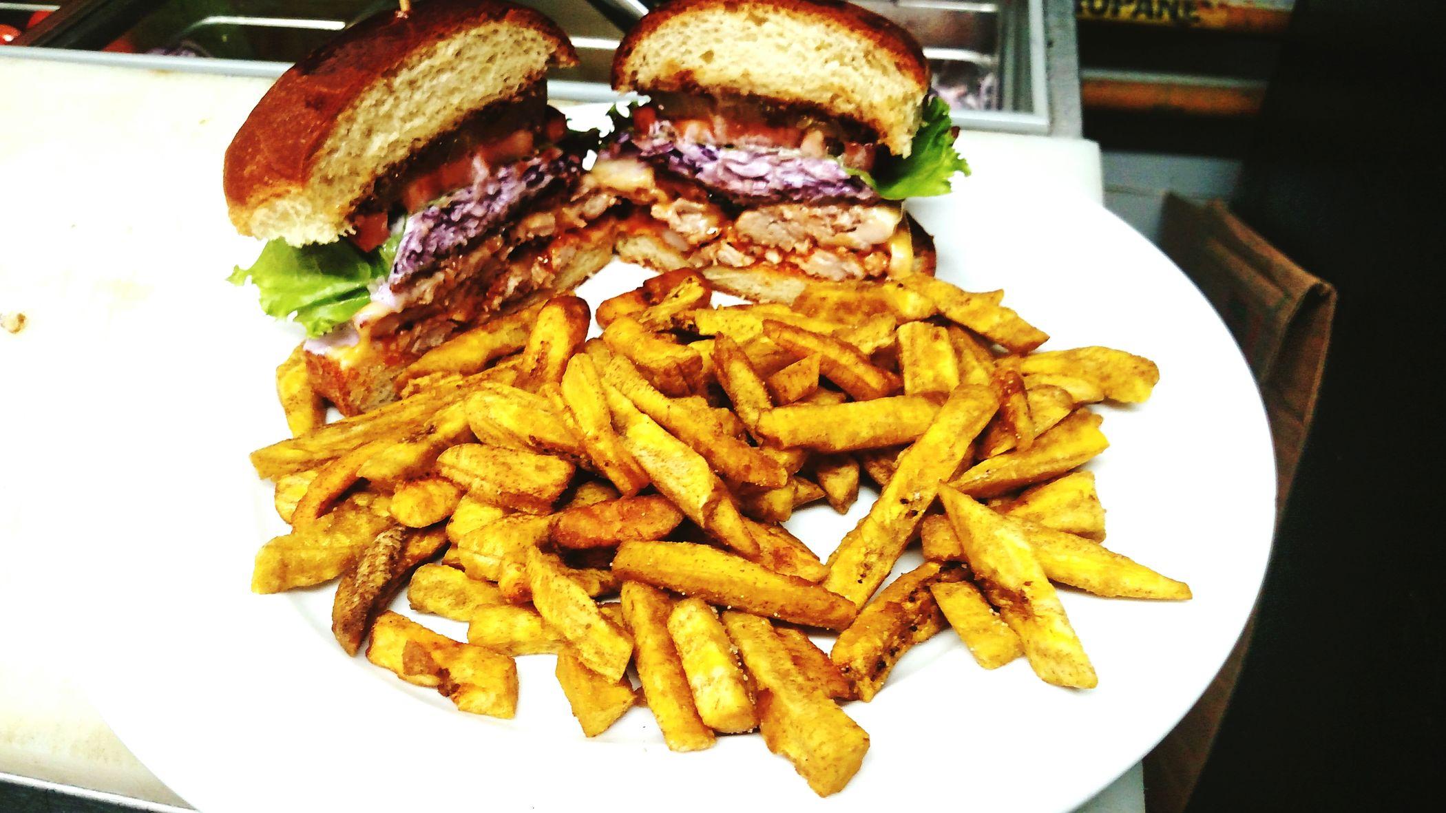 American Burger de pollo, ensalada de col, lechuga, tomate, cebolla y pepinillos, con salsa de BBQ, acompañado de palitos de plátano!!! EN Borinquen Burger, Aguadilla!!! First Eyeem Photo