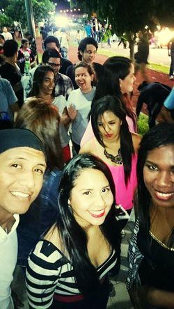 Friends♡♡ A Funky Me Smile ✌ Party All Night hasiendo la cola para entrar a ver al mejor DAVID GUETTA..!!♥