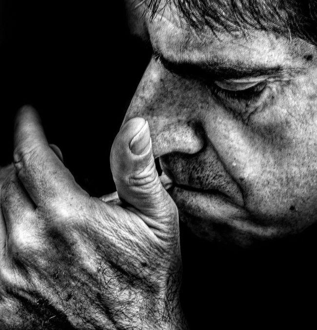 Anonymous portrait... El jardín de mi padre hay dos jaulas. En una vive un león y en la otra un gorrión que no canta. Todos los días al amanecer, el gorrión saluda al león diciendo : que tengas buenos días hermano prisionero... Las dos jaulas. Khalil Gibran. Bw_portraits Streetphoto_bw EyeEm Best Shots EyeEm Best Shots - Black + White My Best Photo 2015 The Human Condition EyeEmbnw RePicture Ageing Bw_collection B&W Portrait Streetphotography Blackandwhite Street Portrait Portrait The Portraitist - 2015 EyeEm Awards