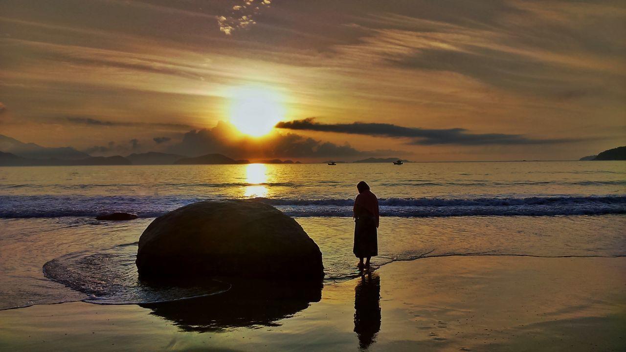 O sol e a garota Reflection Water Sunset Tranquility Nature Beach Sea Beauty In Nature Sky Sun Sunshine Life Live Freedom Goodvibe Placeinthe_sun Winnie Peace Love Thanks God Day Travel Powertotheplanet Landscape Trip