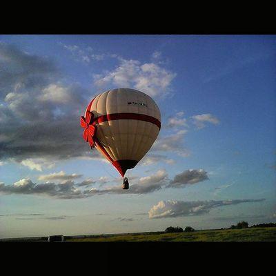 Красненькая лента, сбоку бантик-это вот такой воздушный шар😸😸😸 аэровальс ВНебе ВНебесах НебесаОбетованные ШарСердце ШарСердечко АУНасВоДворе ВоздушныйШар ВоздушныеШары Полеты2015 ПолетыНаВоздушномШаре HotAir OurYard HotAirBalloon InTheSky HotAirBallooning Flight2015 FlyingHeart HeartBalloon AeroWaltz SquareInstaPic Архив2015ОК_