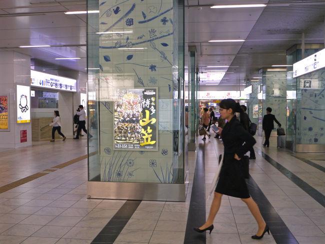 Struttin' at Hakata, Fukuoka : Photos(iMac) reedit / LUMIX G VARIO LENS (18:35mm) 35mm Concourse Hakata Station Jr Hakata City LUMIX G VARIO 14-45/F3.5-5.6 Lumix GX1 Out Of Focus 📷 People Watching Smartphone Girl Struttin' Walking Around The City