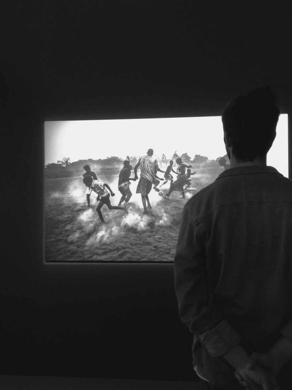 Yay for Portuguese photographer Daniel Rodrigues for winning first price on the category daily life of the world press photo 2012, stunning pic World Press Photo 2012 Blackandwhite Contemplation