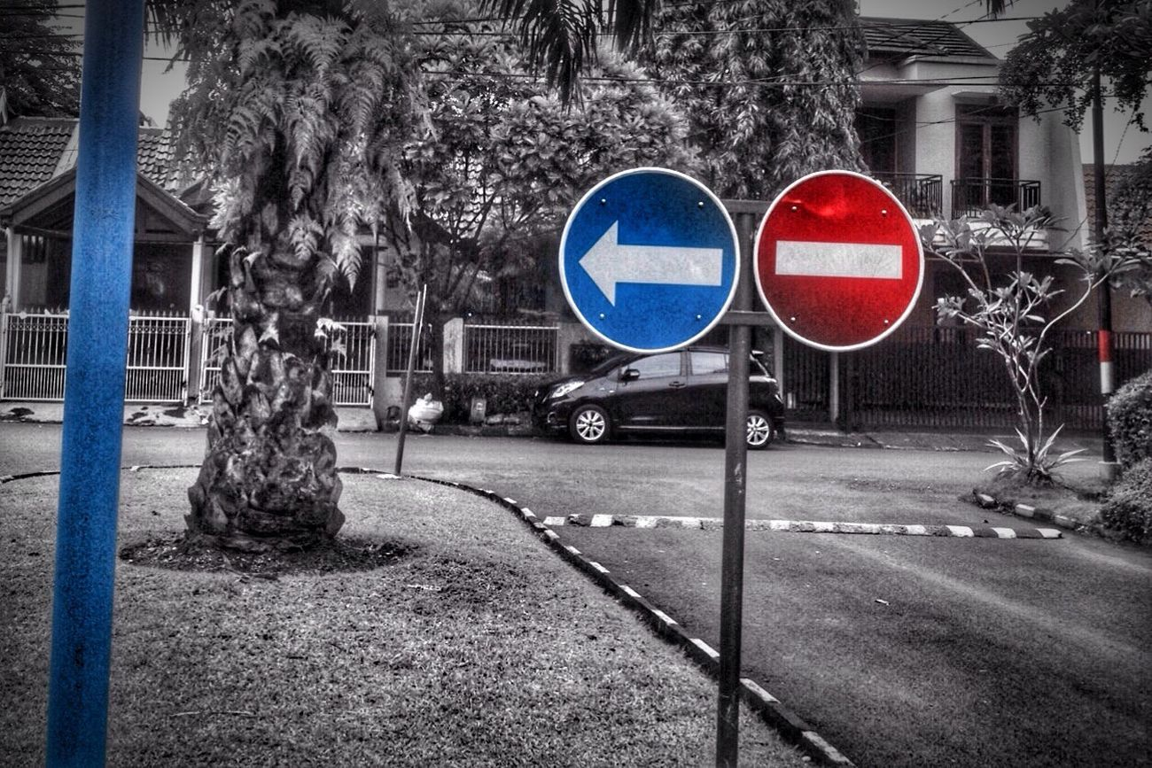 Signboard Sign Tree Road Sign Outdoors No People Day Do Not Enter Sign Architecture No Parking Sign