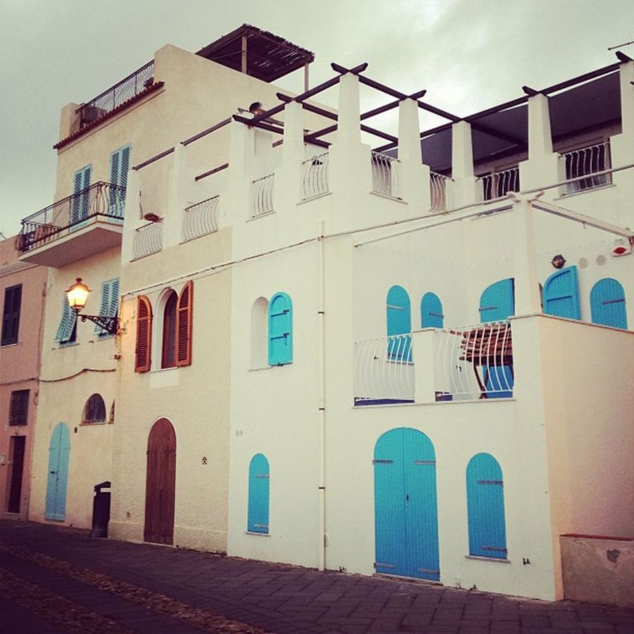Sì ok sono un po' ossessionata da quella casetta blu. Sardinia Clouds Sea Bastioni Sunset Bythesea Doors Dreamhouses Houses Windows Colors Blue Tramonto Sardegna Oldtown Alghero