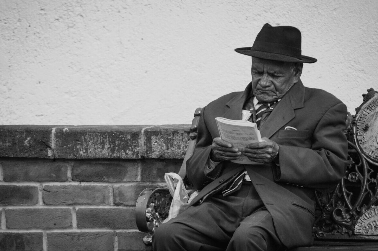 Beautiful stock photos of schwarz weiß, senior adult, sitting, hat, senior men