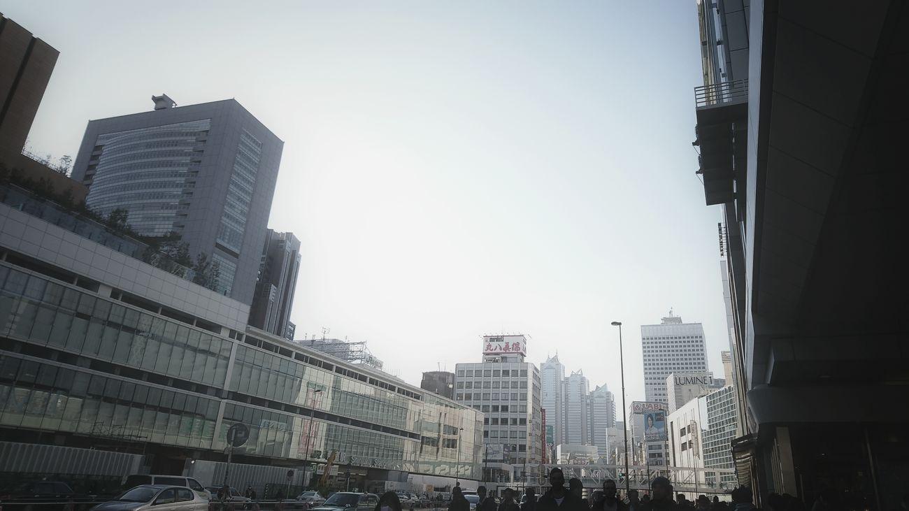 これには写ってないだろうと思ってたけど、よ〜く見たら写ってたモード学園のビル。 SHINJYUKU Shinjuku Urban Landscape Street Photography Tokyo Street Photography Street Snapshoot Buildings Buildings & Sky Reflection Light And Shadow Vanishing Point EyeEm Best Shots EyeEm Best Edits