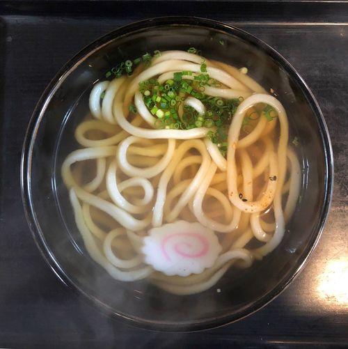 『三福』 アーケードの端まで来ました。ここの出汁も味があって好きです。 かけうどん小 ¥250 他と違って、お茶と水とお新香が付いてます。大した事ではないのですが他には何故かないサービスです。