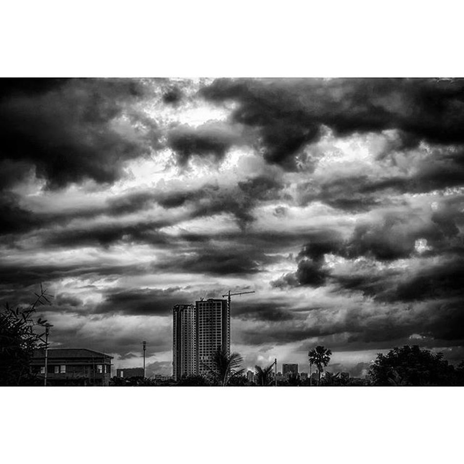 Canon EOS700D Rebelt5i Canon_official Canonphoto Canon_photos Ig_alls Timelight Bnw_d Bnw_demand Bnw_society Heatercentral Createcommune Famouscaptures IGDaily Igmasters Igfame Perfocal Superhubs Hubs_united Buildings City Cityscape Cloudscape Clouds blackandwhite monochrome dark iso100 moodygrams