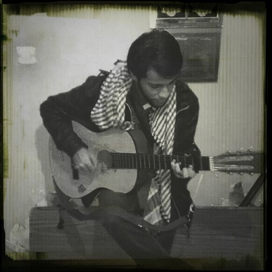 A7eum !! sois disons guitariste! B) Relaxing Enjoying Life Hanging Out Guitar