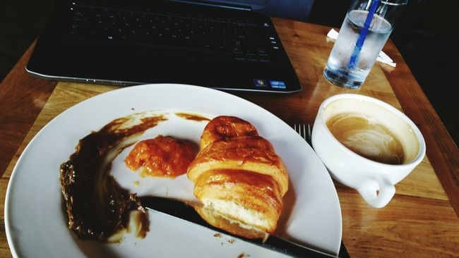 Nothing like a qarm croissant eith a lil' sorghum butter and homemade jam. That beautiful cup to my right is loaded w honey & vanilla. Pressroombreakfast Newwaysofworking