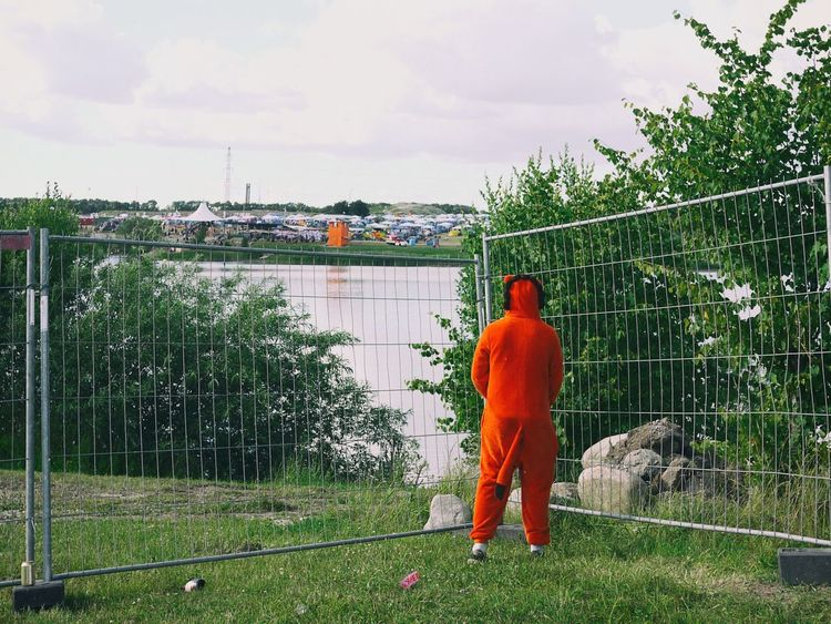 One Person Adult Full Length Grass Outdoors Adults Only One Man Only OnePiece Festival Season Funny Moments Funny Pics Orange Color Outdoors Photograpghy  People Random People Dänemark Festival Roskilde Festival Lost In The Landscape