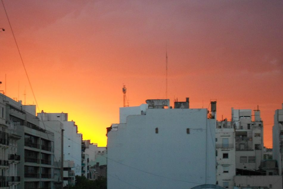 Sonne ohne Filter. Buenos Aires Argentina Travel Photography City Urban Urbanphotography Skyporn No Filter Architecture Building Exterior House Romantic Sky Residential District Dramatic Sky Evening Sky Sun Orange Color Residential Structure