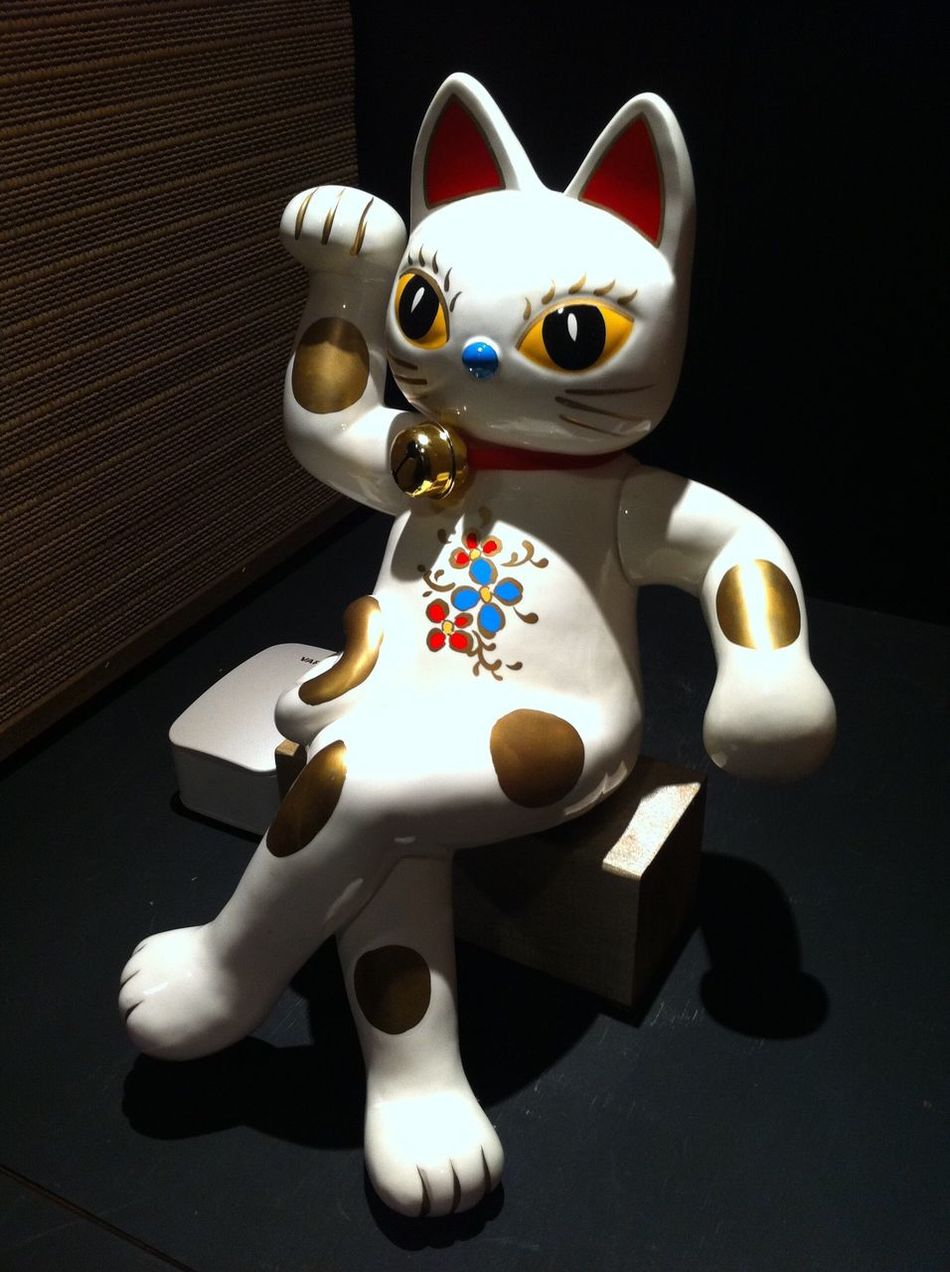 Manekineko is an ornamental beckoning cat. It is usually made of clay which is often found in restaurants and shops in Japan. It is believed to draw visitors and customers. 招き猫 まねきねこ Manekineko Beckoning Cat