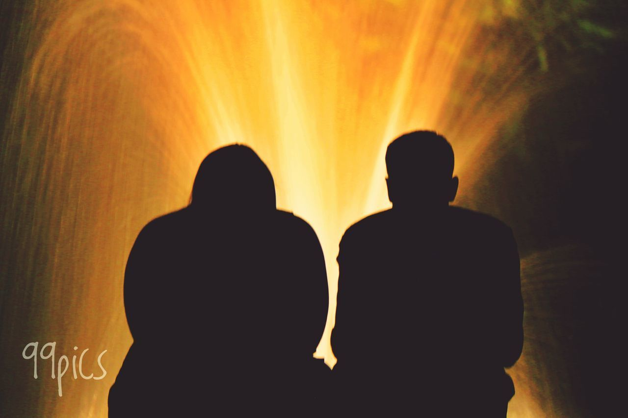 Momento para dos. Silhouette Two People Togetherness People Adult Men Adults Only Shadow And Light Light - Natural Phenomenon From My Point Of View Light Up Your Life Silhouette Shadows & Lights Water Streetphotography Eye4photography  Arts Culture And Entertainment Madrid Night Lights
