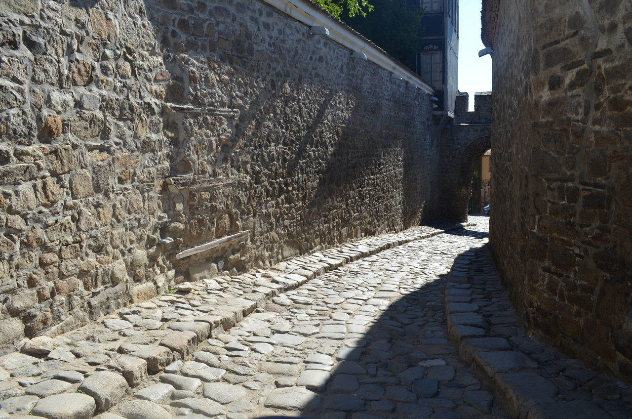 architecture, cobblestone, built structure, stone material, building exterior, day, the way forward, walkway, no people, outdoors, alley, sunlight, retaining wall
