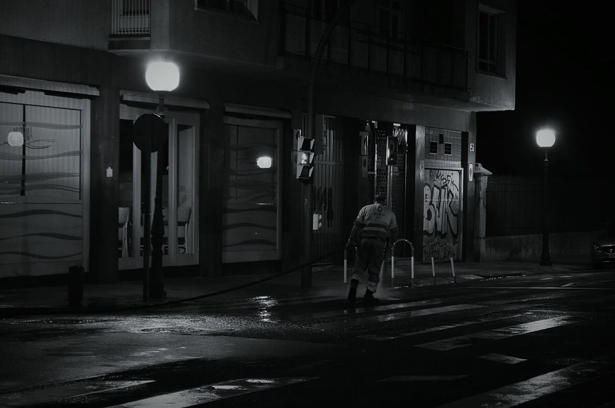 B&w Street Photography Light And Shadow LoveMyWork Interesting Perspectives Black And White Streetlights Workers Street Workers Workersonduty Hard Workers Bilbaostreets Spain♥