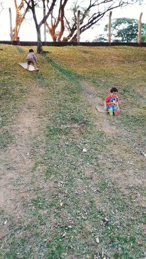 EyeEm New Here Outdoors Ravine Slide Escorregando No Barranco Kids Playing Crianças Brincando Outdoors Sommergefühle EyeEmNewHere EyeEm Selects