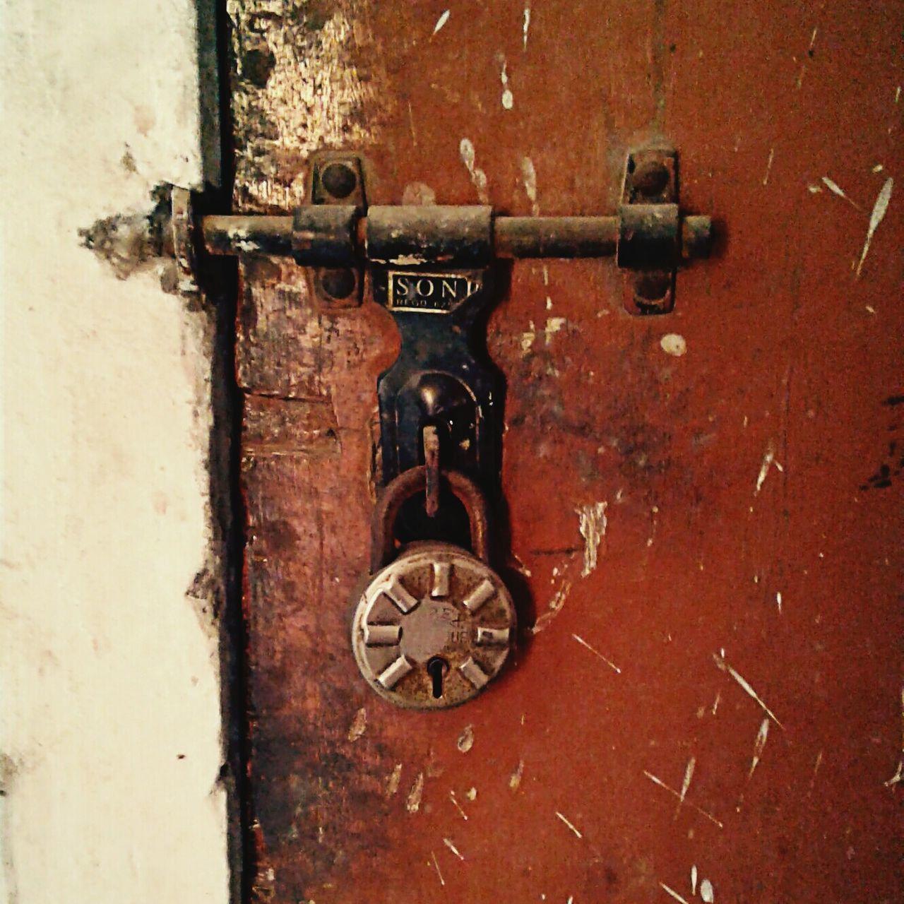 door, metal, close-up, no people, outdoors, day, rusty, latch
