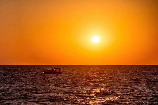 """Gün biterde aşk biter mi? Bırakır mıyız nefes alıp vermeyi? Direnir mi bize zaman """"o an"""" ? Gün bitse de terk eder miyiz biz sevmeyi? Tüm bunlar değil aslında merak ettiğim. Biten gün hiç döner mi geri? Kefken de gün biterken bir tekne usulca sahile dönüyor. Bize de o anı dondurmak kaldı. Ismailbalıphotography Moment O_an Sunset Sea Sky Boat Sun Gününfotosu Instagood Instadaily Instalike VSCO Vscocam Vscogood Vscolover No Filter Original @natgeo @natgeotravel @natgeoturkiye @natgeocreative @natgeoyourshot @natgeoexplorer"""