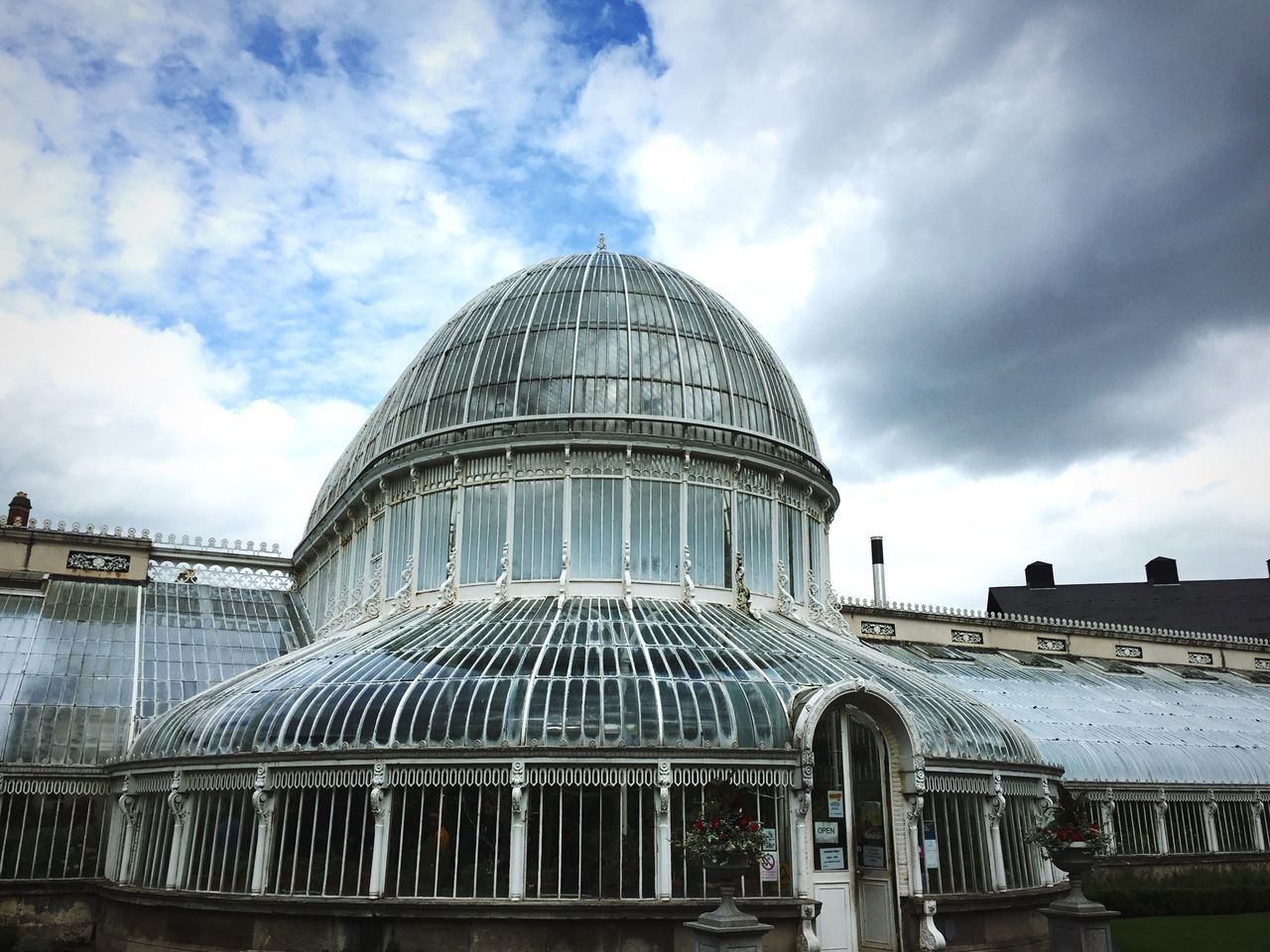Botanischer Garten. Belfast Northern Ireland Botanical Gardens Historical Building Architecture Palm Trees Cloud - Sky History Building Exterior Plants Glass Built Structure Cloudy