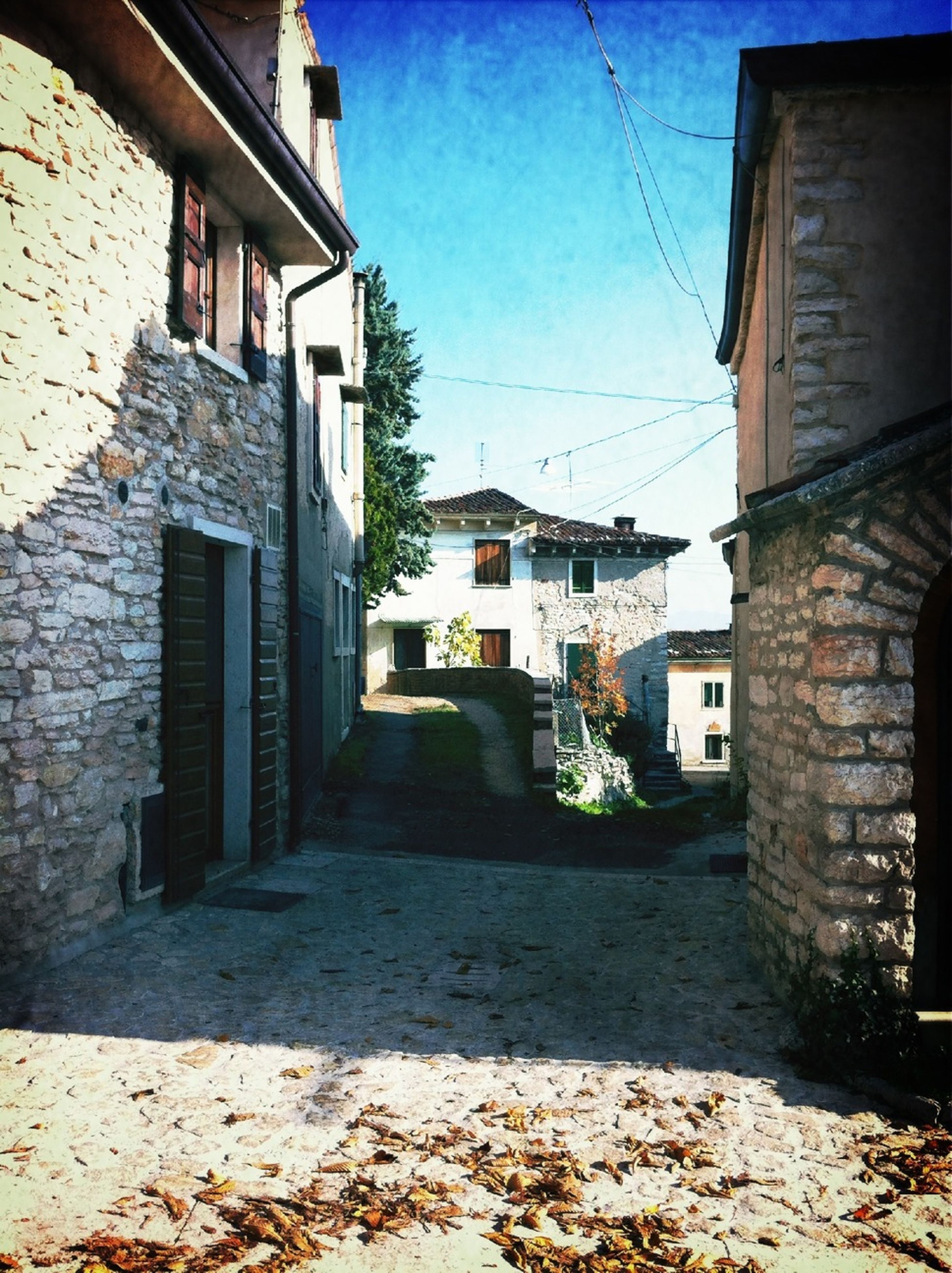 architecture, building exterior, built structure, residential building, residential structure, the way forward, street, building, house, sky, city, alley, town, narrow, residential district, sunlight, day, diminishing perspective, outdoors, old town