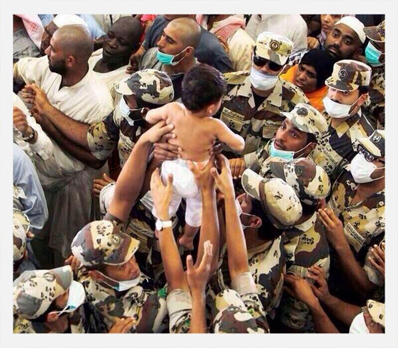 دعوة رحمة حج رجال امن سعوديون يرفعون طفل من بين ارجل الحجاج حتى لا يداس باقدامهم