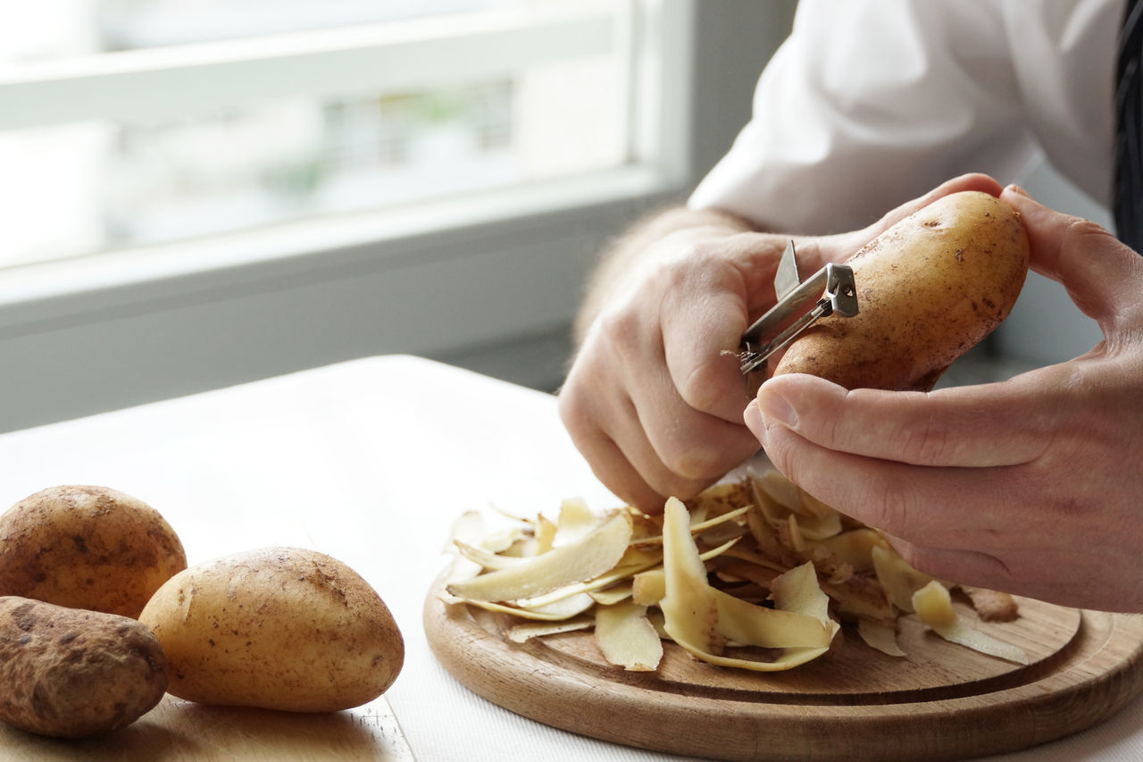 Peeling potatoes Close-up Cooking Cropped Detail First Eyeem Photo Food Food And Drink Healthy Lifestyle Holding Housework Human Body Part Human Hand Indoors  Kartoffel Kartoffel Schälen One Person Peeling Potato Preparation  Schalen Still Life Real People Realfood