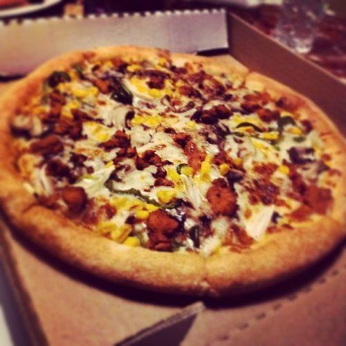 و احد مايحب البيتزا 3> بيتزا اكل بيتزا_إن دجاج خضروات بس باي