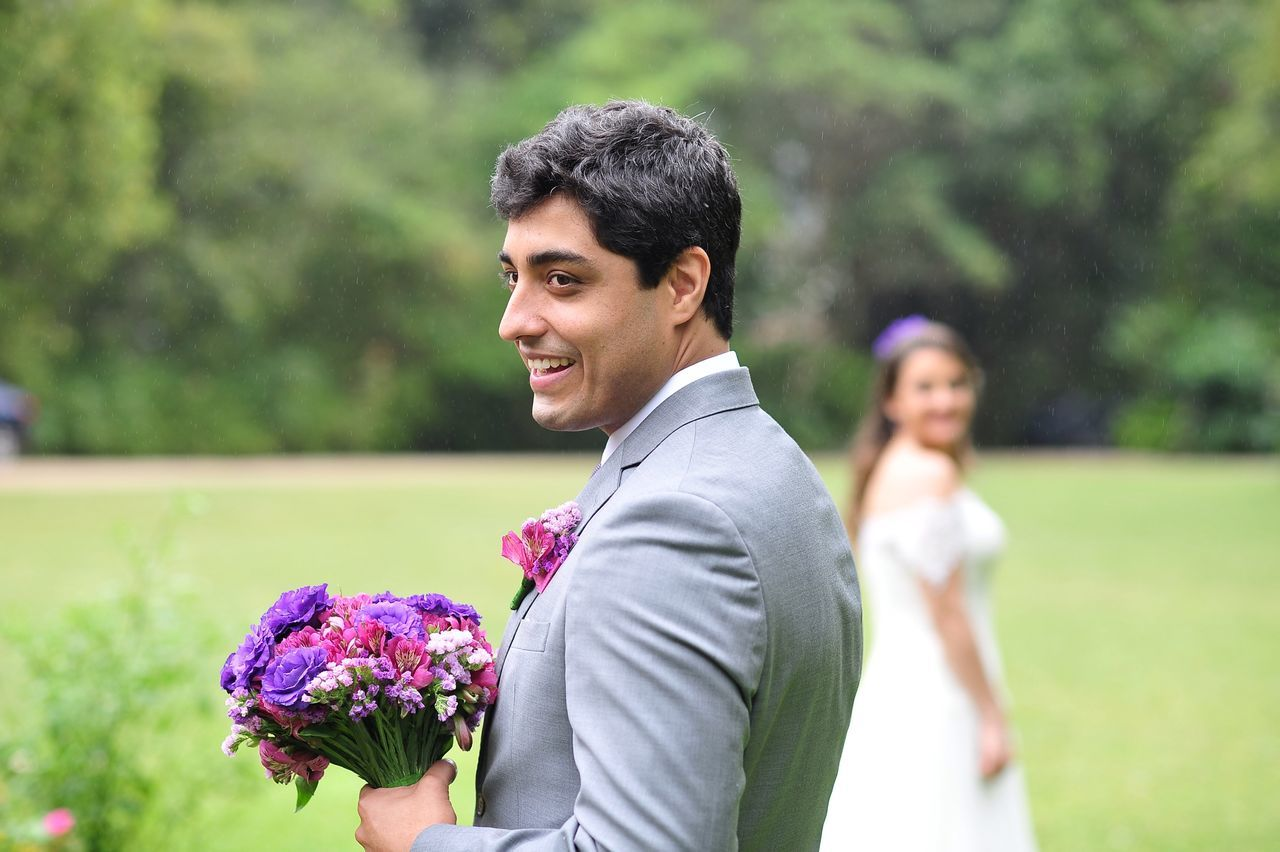 Bucolic Wedding - XI Standing Focus On Foreground Wedding Wedding Photography Rain Rainy Days Flower Bouquet Bride And Groom Green EyeEm Best Shots Eye4photography  Getting Inspired Bucolic Tranquility ExploringBrazil EyeEm Nature Lover Drizzling