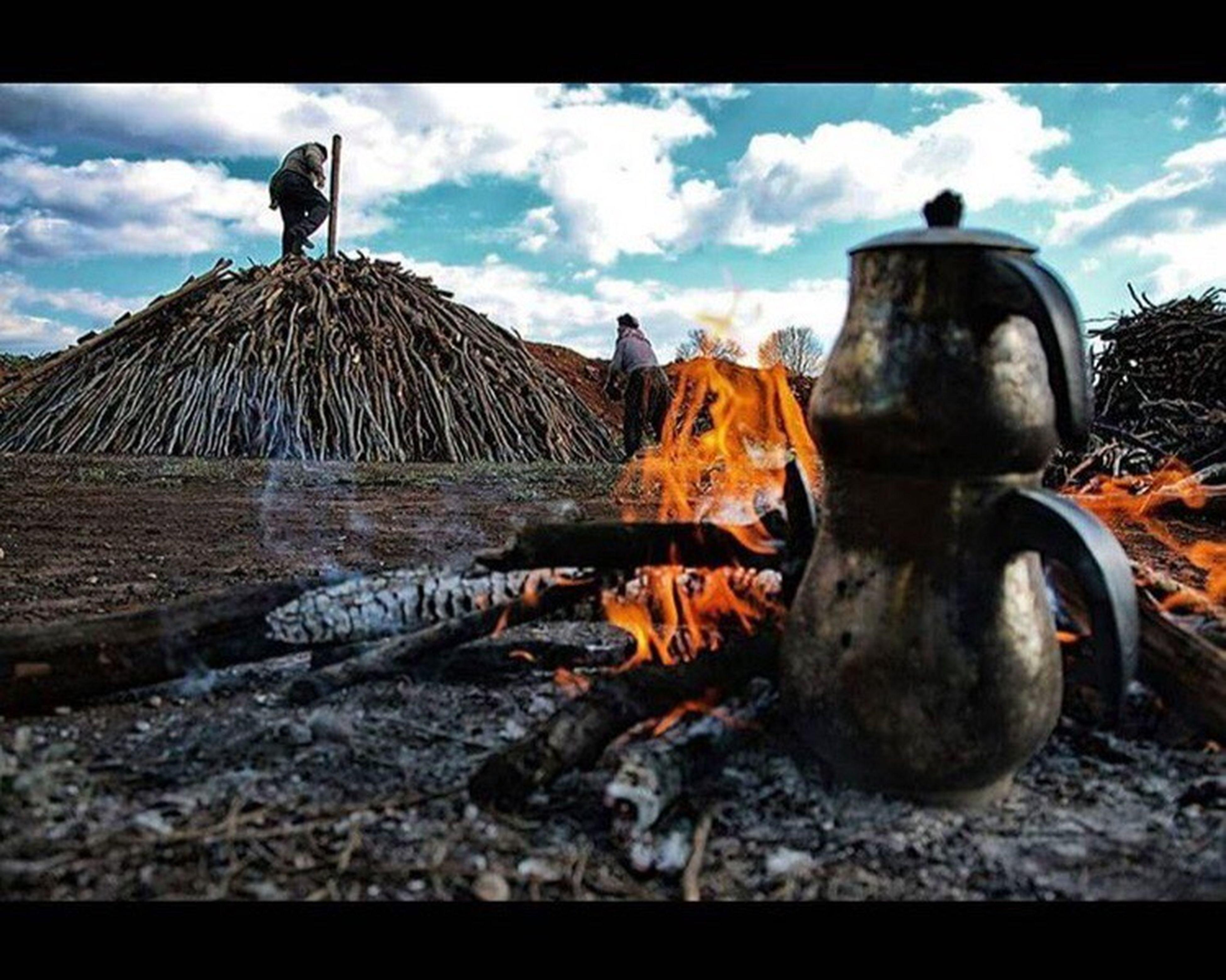 Çayı közde, sevgiyi gözde, tebessümü yüzde, adamlığı özde, mutluluğu azda arayın... çay