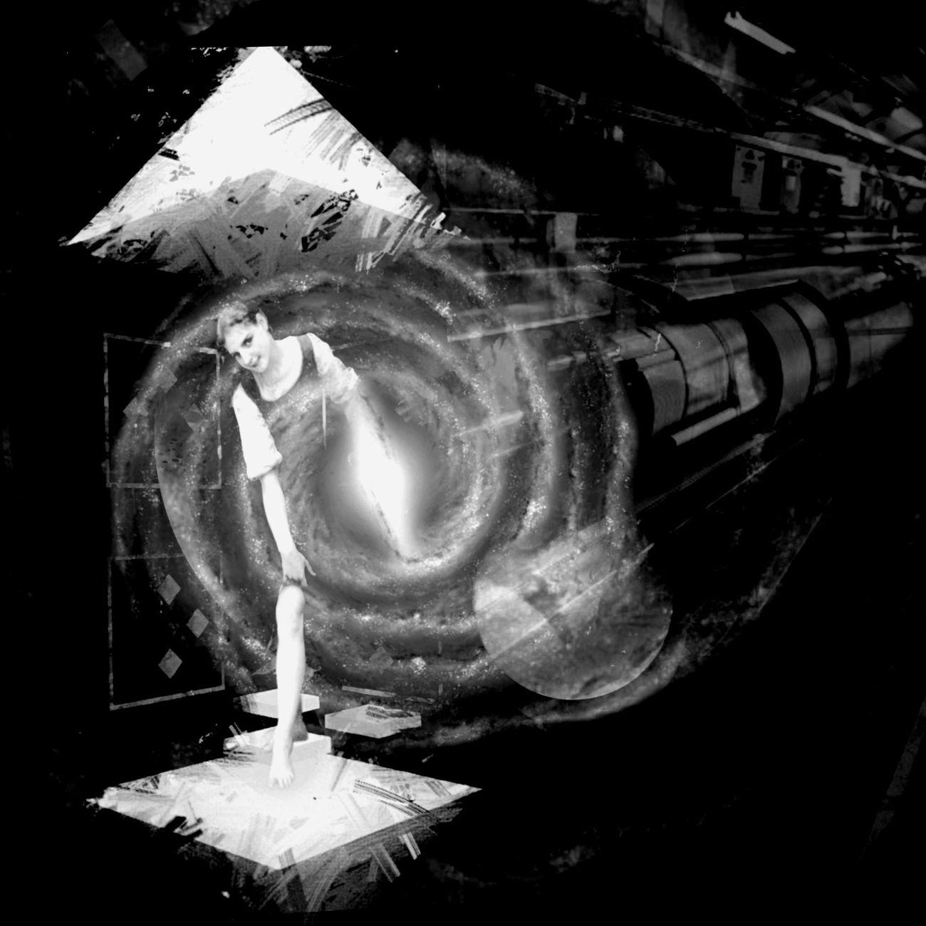 Cosmos Representation Science Fiction Chambre De Combustion Accelerator Various Energy Sources Noir Et Blanc Freestyle Light And Shadow
