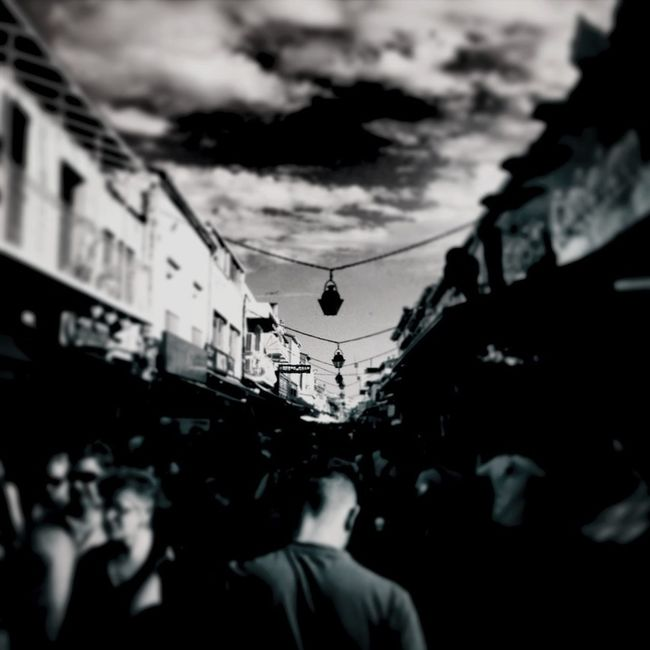 savoir se frayer un chemin ... Streetphotography Streetphoto_bw Street Divestreetphotography