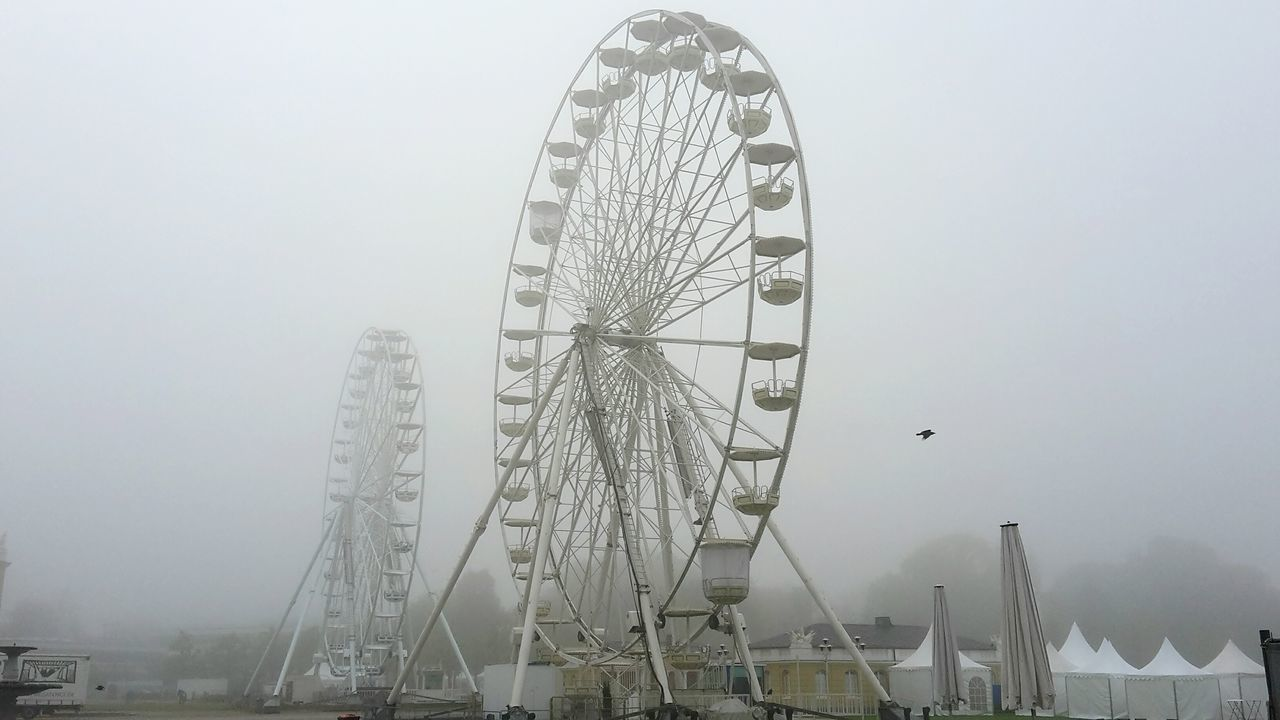 No People Ferris Wheel Fog Outdoors Morning View Awakening Morgenstimmung Nebel Riesenrad Karlsruhe Karlsruher Schloss Two Objects Aufwachen Mystical Atmosphere Tecnology City Cityscape