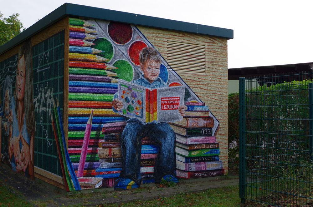 Bunter Trafo neben Regionaler Schule Albert Einstein Bunt Colorful Creativity Draußen Graffiti Kreativität No People Outdoors The Color Of School Torgelow Trafo Transformer
