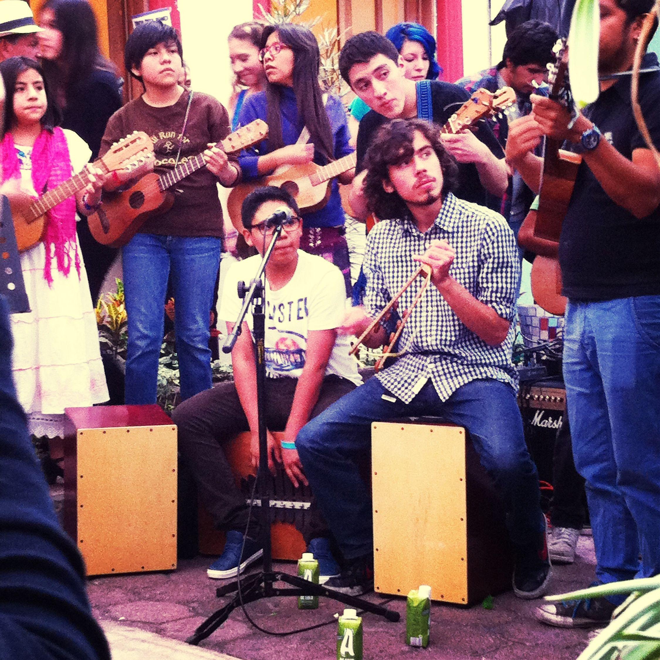 Esos jóvenes optaron por tener sus manos sobre un instrumento y no en las drogas. Youth Group Live Music Huapango