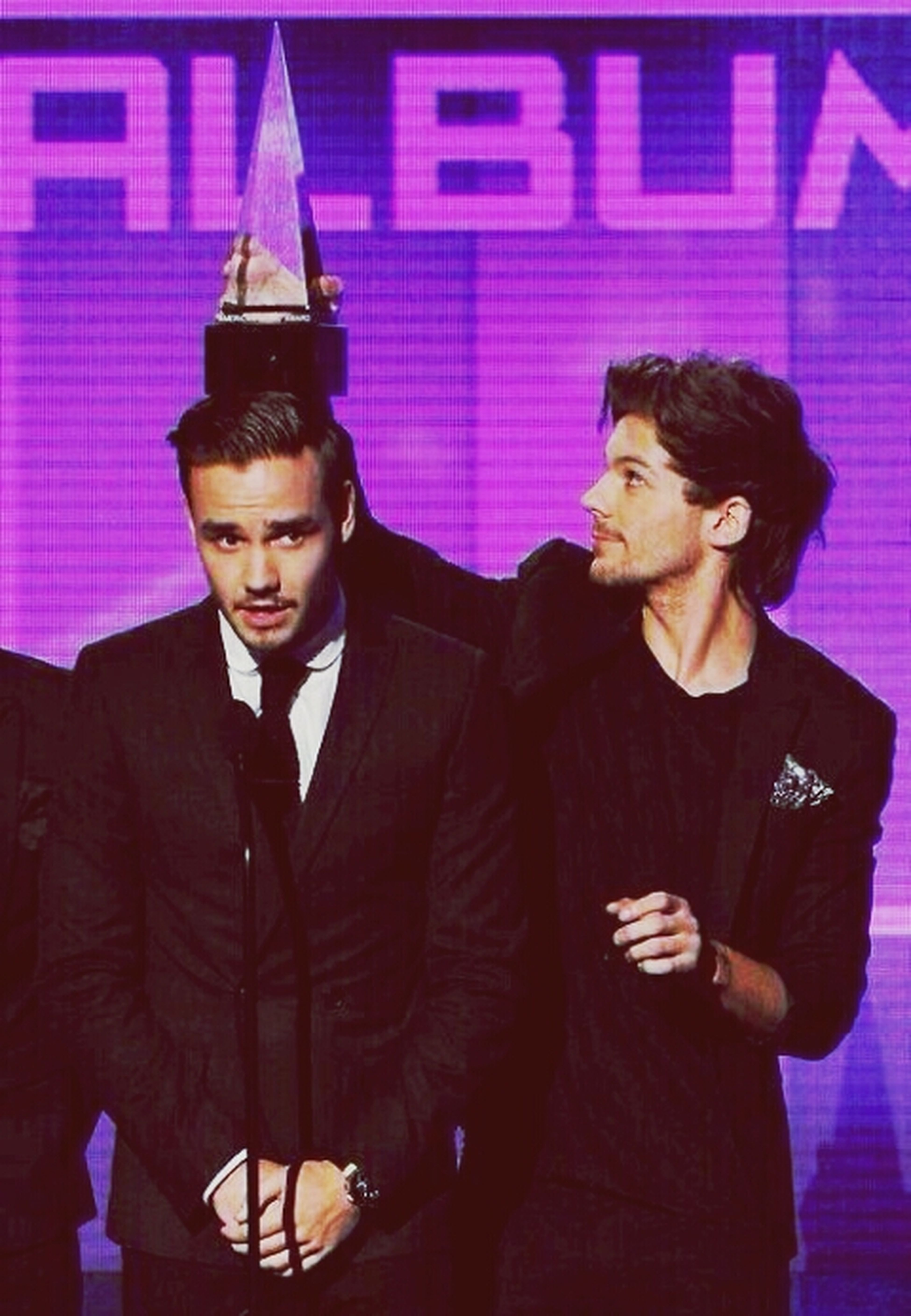 ermmm....what exactly are you doing louis?? Ama LOUIS AND LIAM AWARD ON LIAM'S HEAD STILL CUTE THOUGH